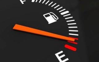 Сколько остается бензина когда загорается лампочка на датчике