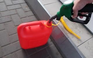 Почему нельзя наливать бензин в пластиковую тару, основные причины