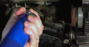 Открутить заливную пробку и закачать новое масло в коробку
