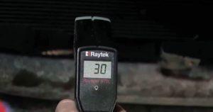 Прогрев коробку до 30-40 градусов, установить селектор на парковку, не глуша двигатель