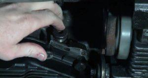Снова открутить заливную пробку при работающем двигатель. Если оттуда не появится масло — долить, пока не потечет обратно. Если масло вытекает из отверстия при рабочем двигателе, подождать, пока сольется лишнее и закрутить пробку.